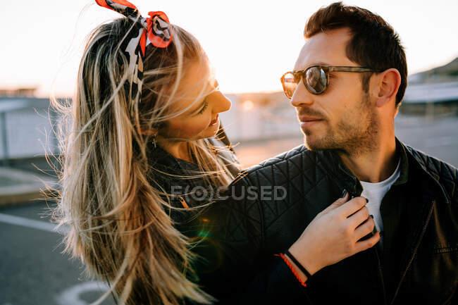 Щаслива пара на мотоциклі. — стокове фото