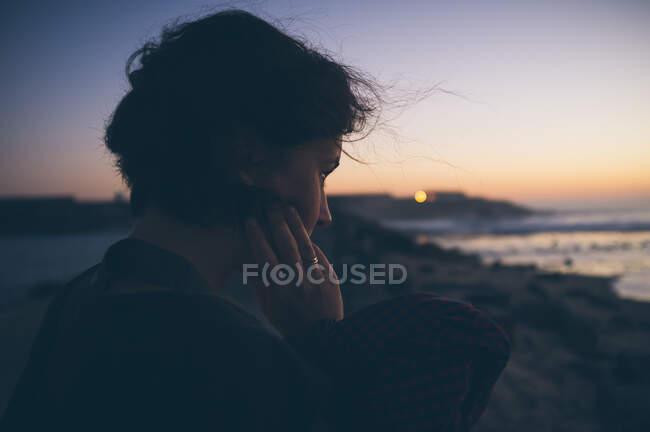 Гарна самиця біля махаючого моря. — стокове фото