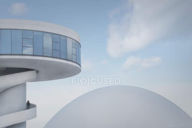 Современная белая городская башня со спиральной лестницей и лаконичным куполом на голубом фоне неба — стоковое фото