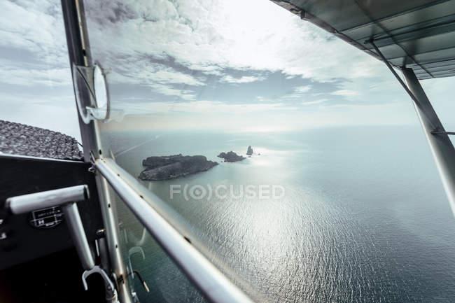 Vista aérea de las islas desde el interior de un pequeño avión - foto de stock