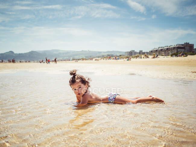 Bambina in riva al mare — Foto stock