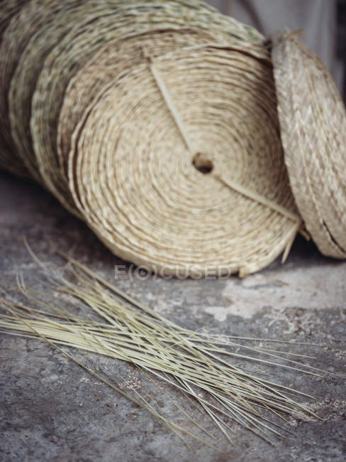 Set di rotoli di fibra di palma secca intrecciata posta sul pavimento in officina — Foto stock