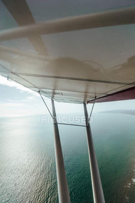 Vista aerea del mare e ala piccolo aereo — Foto stock