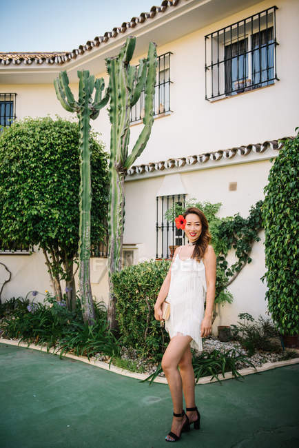Молодая модная китаянка позирует на роскошном курорте — стоковое фото