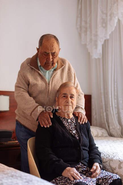 Porträt eines älteren Ehepaares im heimischen Interieur — Stockfoto