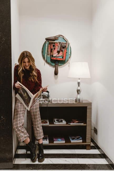 Mujer elegante revista de lectura - foto de stock