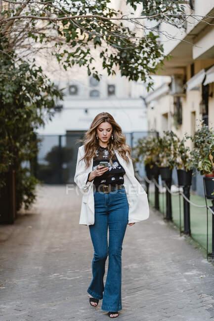 Lady talking phone on street — Stock Photo