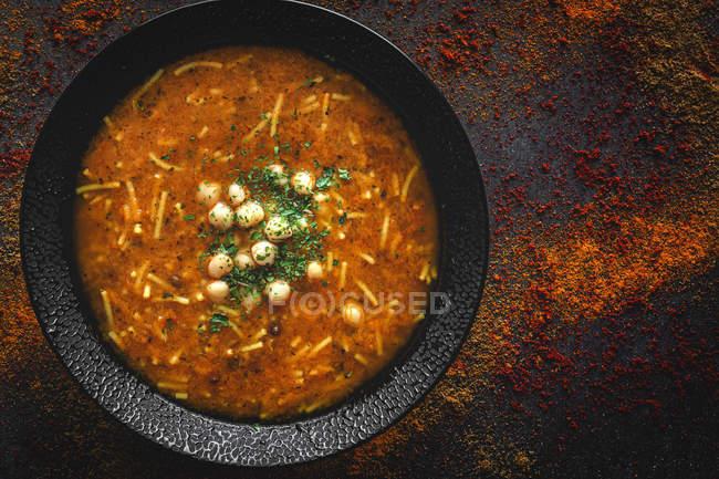 Traditionelle Harira-Suppe für Ramadan in schwarzer Schüssel auf dunkler Tischplatte — Stockfoto