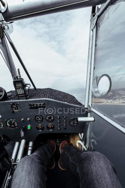 Vista del panel de instrumentos dentro de una cabina de un avión pequeño - foto de stock