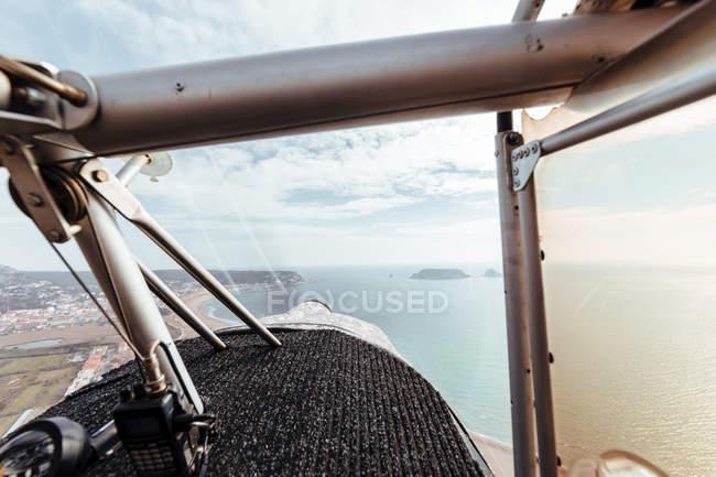 Vista aérea desde el interior de la cabina de un pequeño avión - foto de stock