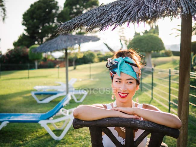 Молода багата китайка, що купається біля басейну на розкішному курорті. — стокове фото
