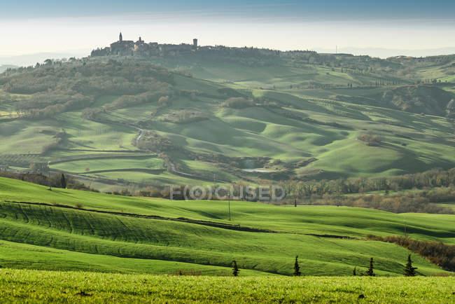 Paisagem pitoresca de planaltos verdes com cidade no vale, Toscana, Itália — Fotografia de Stock