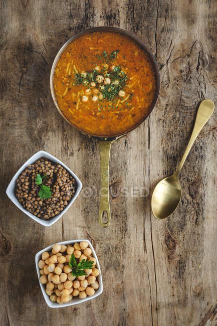 Traditionelle Harira-Suppe für Ramadan im Topf auf Holztisch mit Zutaten — Stockfoto