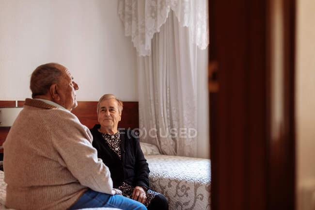 Портрет пожилой пары в интерьере дома — стоковое фото
