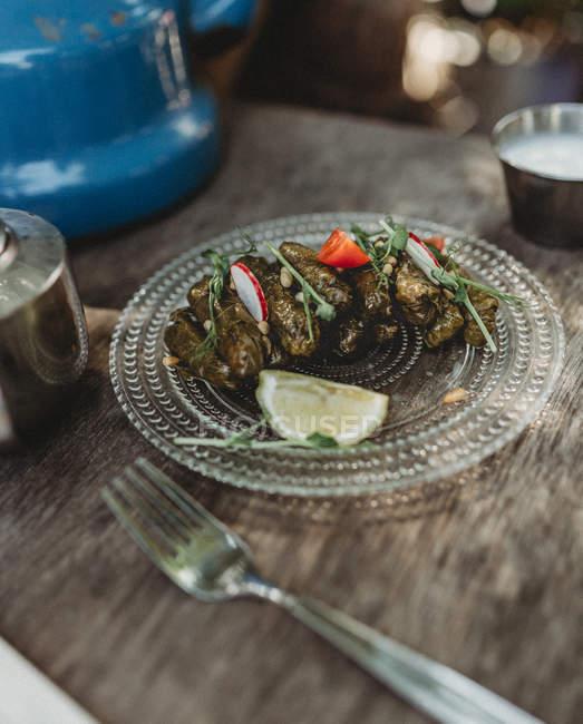 Traditionelle arabische Dawali Rollen auf Teller auf Holztisch — Stockfoto