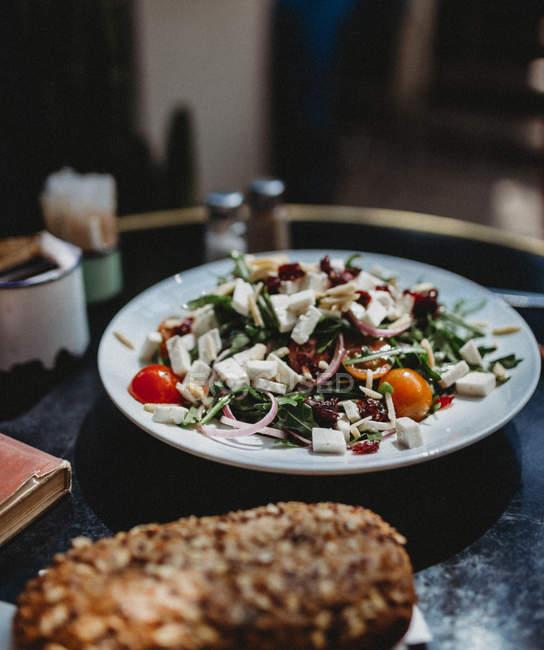 Ensalada árabe con servir en plato sobre la mesa - foto de stock