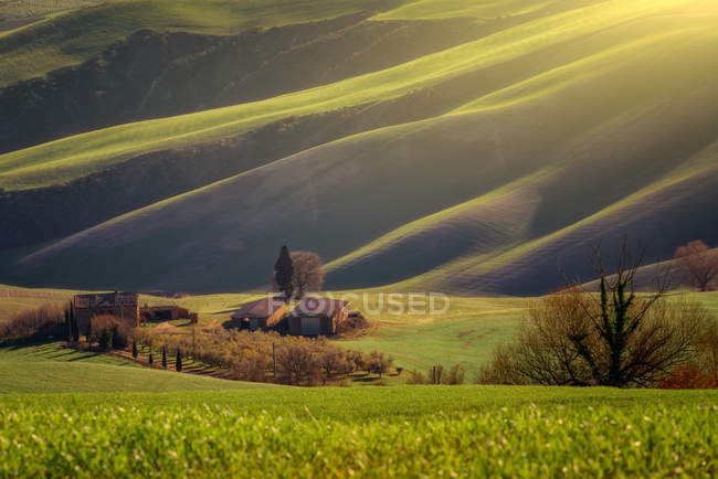 Majestic landscape of green valley with fields and mountain range in Tuscany, Italy — Stock Photo