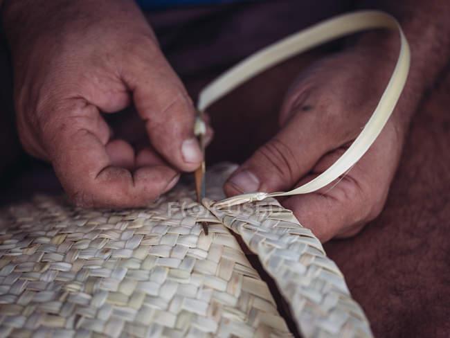 Mãos de artesanato anônimo tecelagem linda cesta com fibra de palma seca trançada — Fotografia de Stock