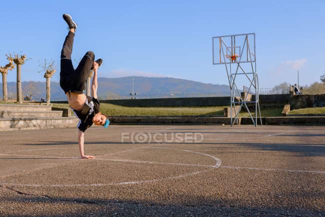 Подростковые брейк-дансы на спортивной площадке — стоковое фото