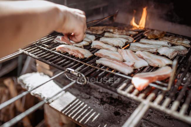Хто варить бекон на барбекю — стокове фото