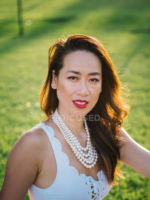 Porträt einer jungen eleganten Chinesin vor dem Hintergrund der Natur — Stockfoto