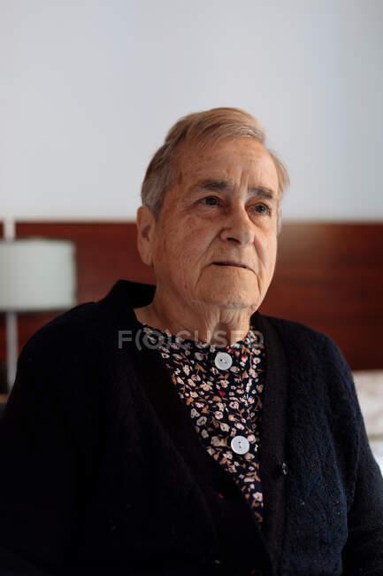 Portrait de femme âgée atteinte de la maladie d'Alzheimer. — Photo de stock