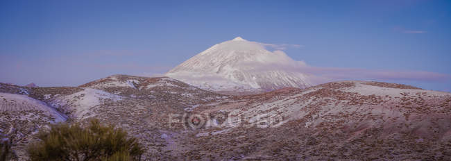 Majestic view of snowy mountain peak against sunset blue sky on Canary Islands, Spain — Stock Photo