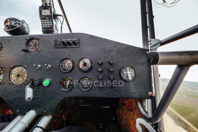 Vista de un panel de instrumentos dentro de una cabina de un avión pequeño - foto de stock