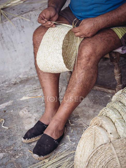 Anonimo artigiano tessitura bella cesto con treccia secca fibra di palma — Foto stock