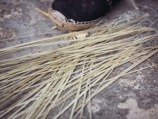 Folhas de palma secas no chão de cimento grungy — Fotografia de Stock