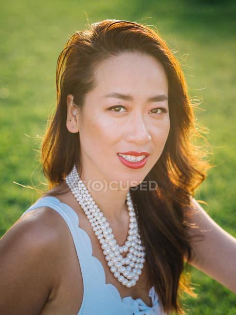 Ritratto di una giovane donna cinese di classe sullo sfondo della natura — Foto stock
