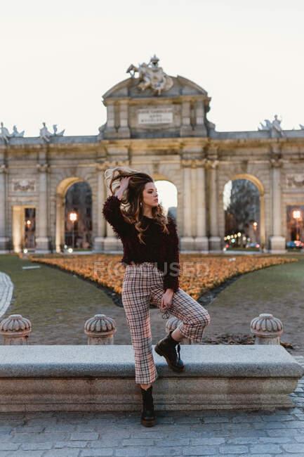 Sensuale femmina in piedi nel parco — Foto stock