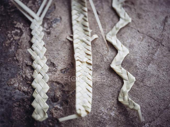 Hojas de palma secas empanadas fibra en la superficie grunge gris - foto de stock