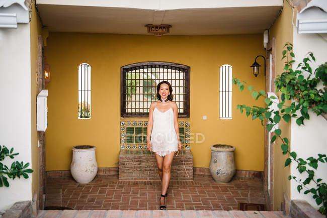 Молодая модная китаянка наслаждается отдыхом на роскошном курорте — стоковое фото