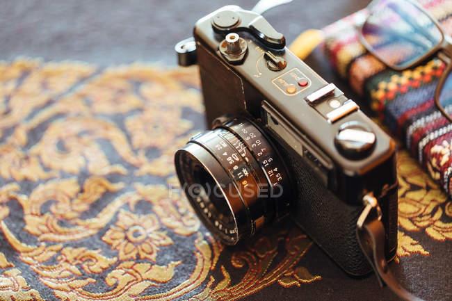 Primo piano della fotocamera vintage sul tavolo decorativo — Foto stock
