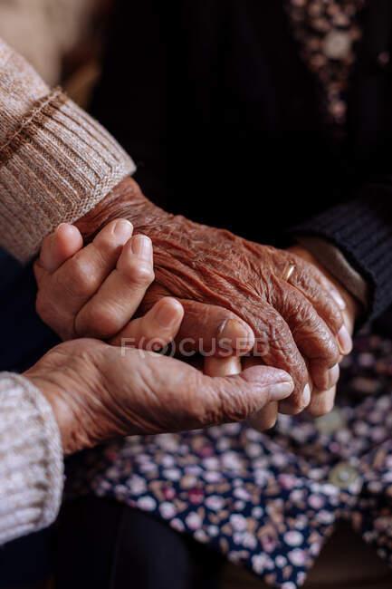 Деталь морщинистых рук пожилой пары — стоковое фото