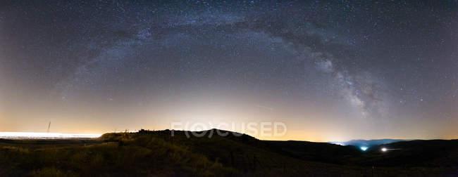 Панорамний вид на нічне небо з величним Чумацьким способом — стокове фото