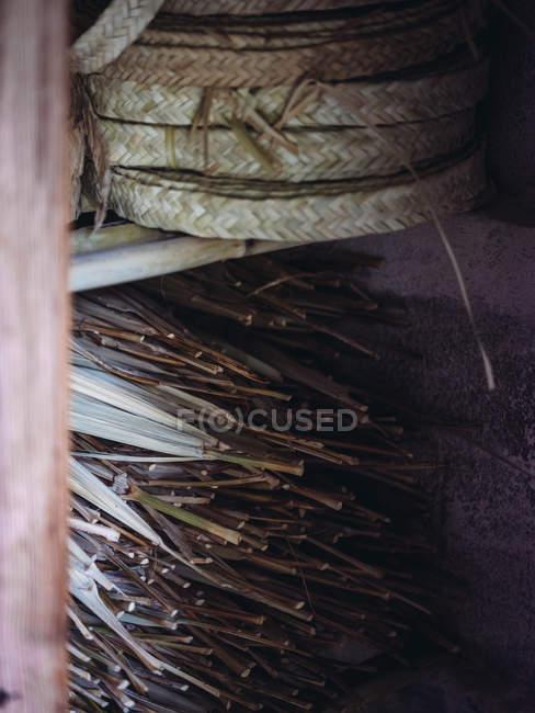 Conjunto de rollos de fibra de palma seca tejida en taller - foto de stock