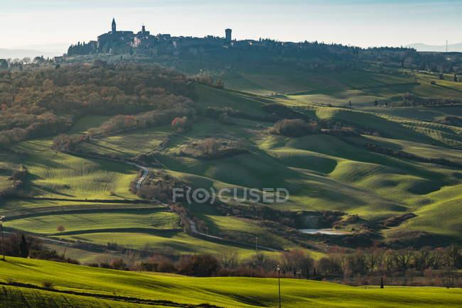 Malerische Landschaft des grünen Hochlandes mit Stadt im Tal, Toskana, Italien — Stockfoto