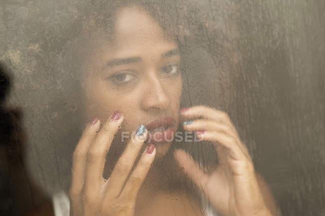 Retrato de mulher negra sensual atrás da janela molhada — Fotografia de Stock