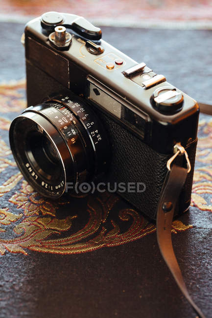 Closeup of vintage camera on decorative table — Stockfoto