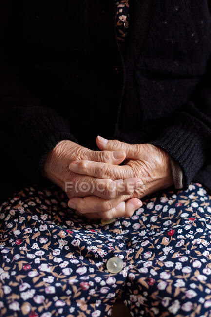 Detail of hands of elderly woman with osteoarthritis — Stock Photo