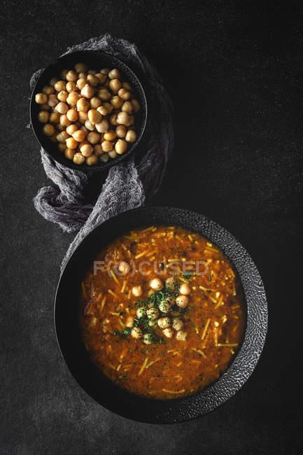 Soupe traditionnelle Harira pour Ramadan et pois chiches sur plateau noir — Photo de stock