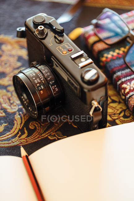 Vintage camera on a decorative table — Photo de stock