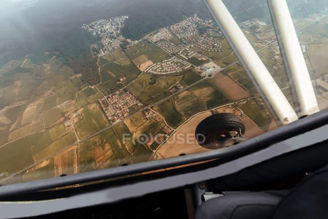 Vista aérea desde la cabina interior de un pequeño avión - foto de stock
