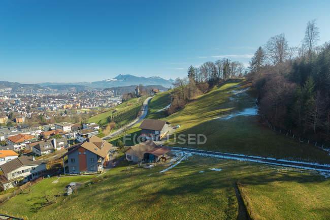 Malerische Landschaft einer kleinen Stadt im Tal der grünen Berge, Schweiz — Stockfoto