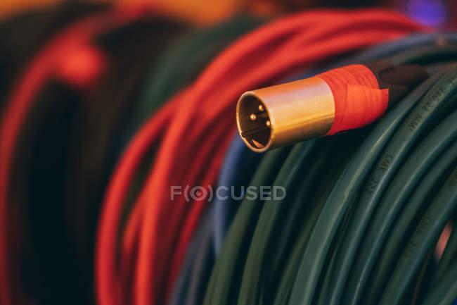 Gros plan de musique colorée son câble stéréo en studio — Photo de stock