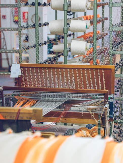 Close-up dos carretéis da linha no tear do tecelão — Fotografia de Stock