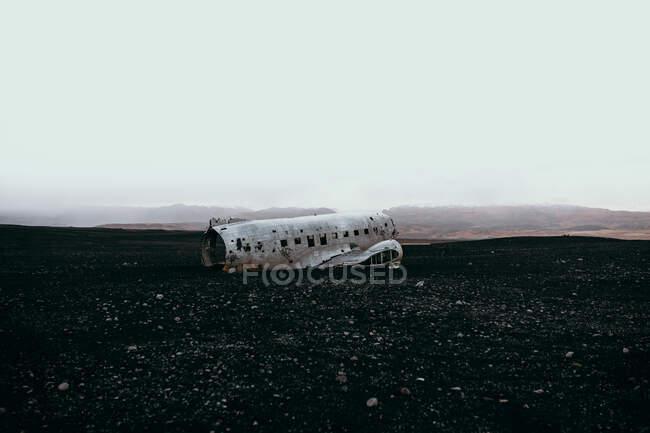 Пошкоджений літак на спустошеному полі. — стокове фото