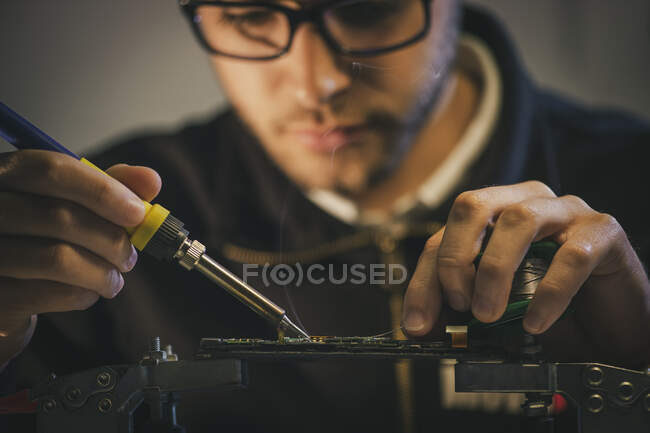 Crop man fixing microchip in workshop — Stock Photo